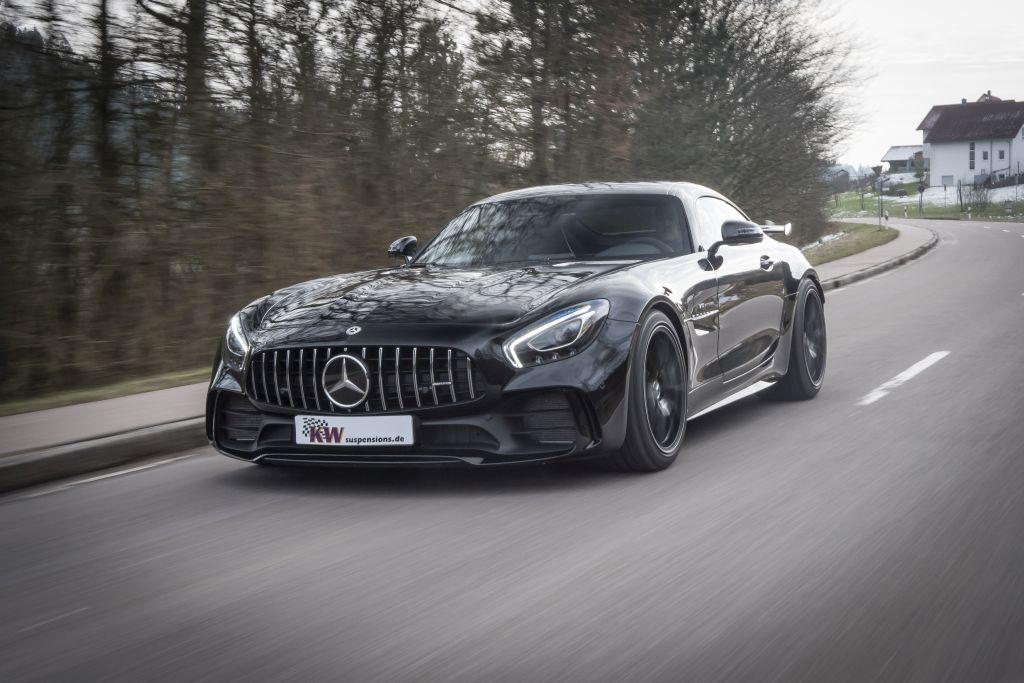 Schwarzer Mercedes-AMG GT R mit KW Gewindefahrwerk Variante 4 fährt auf der Straße