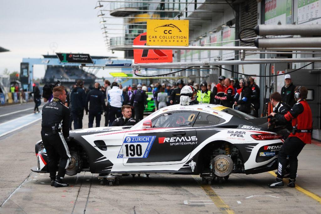 Mercedes-AMG GT4 mit verbautem KW Competition Gewindefahrwerk steht in der Boxengasse.